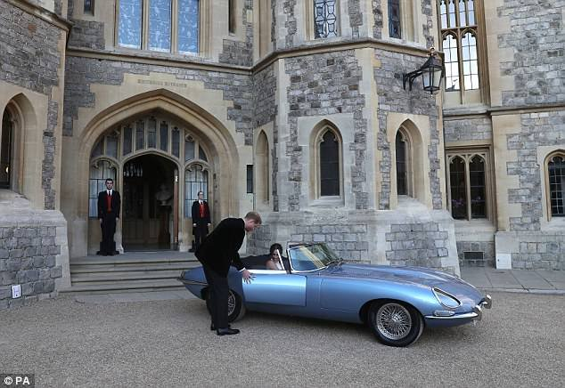 Le samedi, Harry a été vu prouvant qu'il était le mari parfait, car il a ouvert la porte de leur Jaguar vintage pour Meghan après leur fête de mariage au château de Windsor