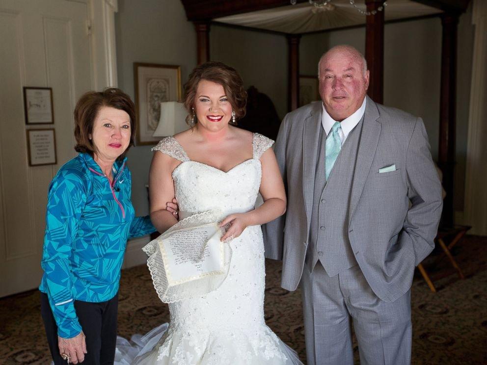 PHOTO: La mère de Zuggs a fait imprimer la lettre sur sa propre robe de mariée.