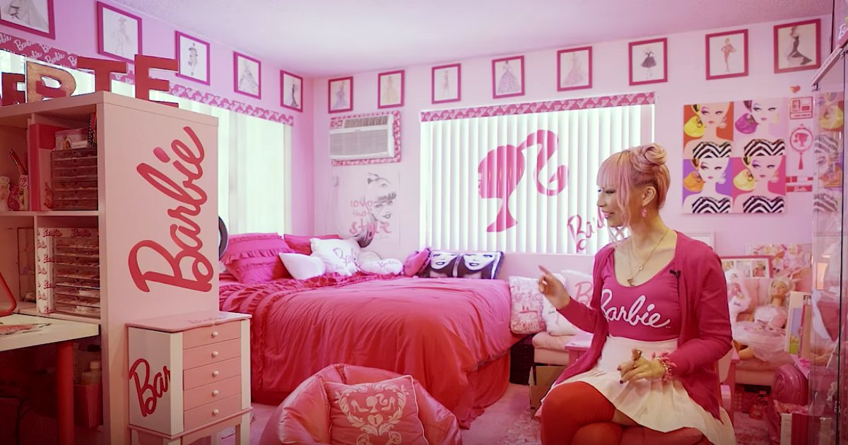aa 5.png?resize=574,582 - This Woman Is An Avid 'Barbie' Collector Like No Other!