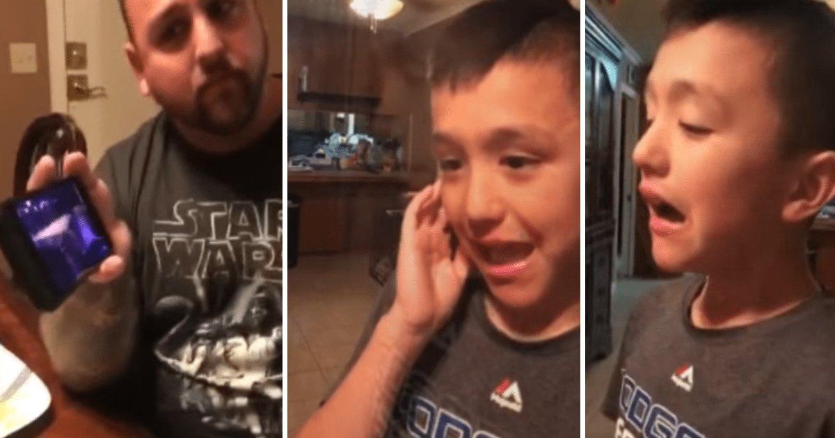 """autistic boy.jpg?resize=300,169 - Autiste, ce garçon ne peut pas parler, alors son papa lui joue """"Hallelujah""""."""