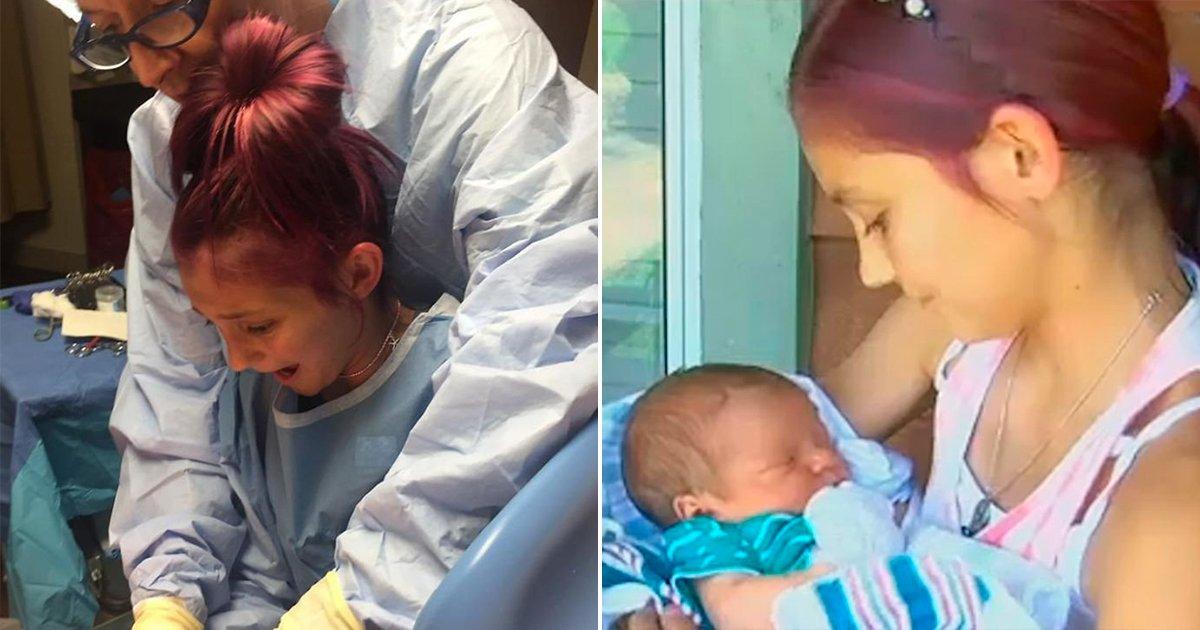 cover22bababs 1.jpg?resize=648,365 - Su hija de 12 años pudo recibir con sus propias manos a su hermanito cuando dio a luz, su reacción fue insuperable