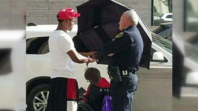 hommeparapluie.jpg?resize=1200,630 - Un adolescent devient un héros local après été aperçu protégeant une femme âgée du soleil avec un parapluie.