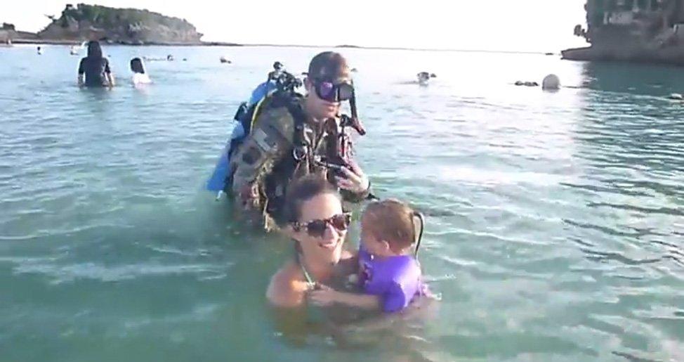 illustration2.jpg?resize=300,169 - Cette mère jouant avec ses enfants dans l'eau est surprise par un homme en costume de plongée.