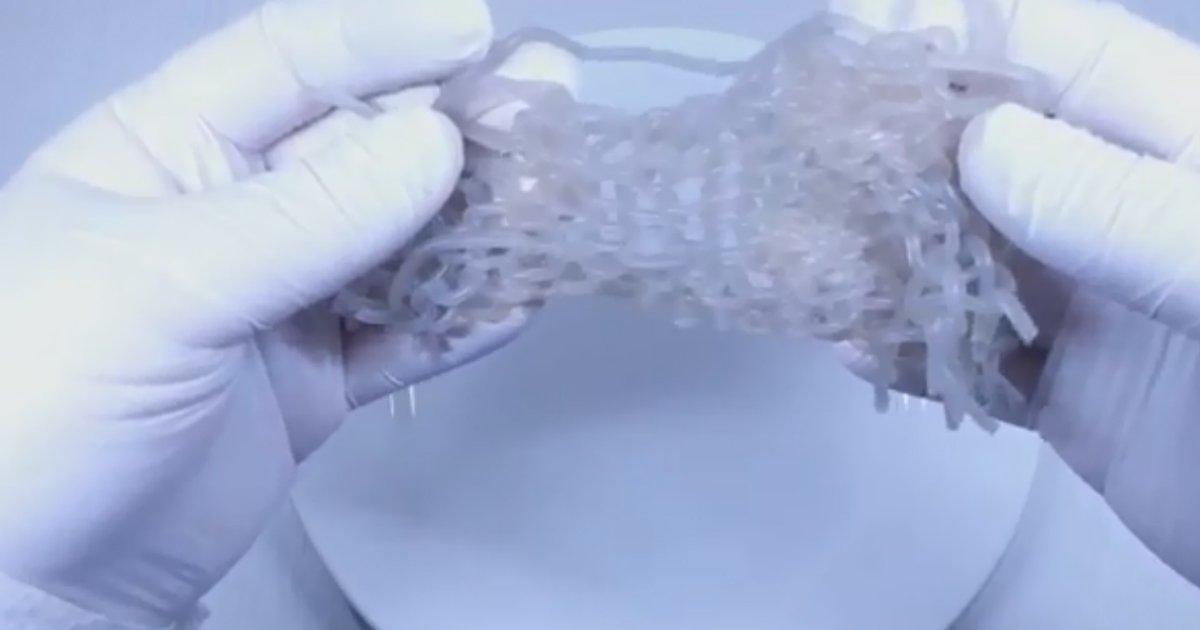 1 239.jpg?resize=300,169 - '뜨개질 기계'에 실 대신 '먹을 수 있는 면'을 넣고 목도리 만들기를 시도해봤다.