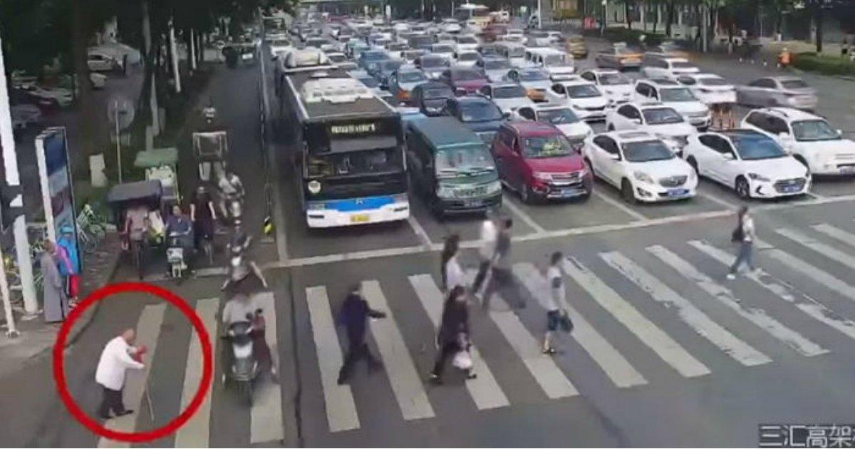 1 80.jpg?resize=300,169 - 길 건너다 '빨간불' 켜져 놀란 할아버지 '어부바'로 구해낸 경찰 (영상)