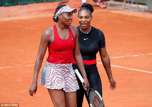 Sur la photo: Serena Williams et Venus Williams célèbrent après avoir remporté leur premier match de double contre le Japon