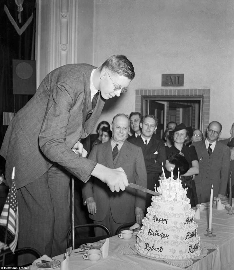 On voit Robert couper son gâteau d'anniversaire alors qu'il fêtait ses 21 ans