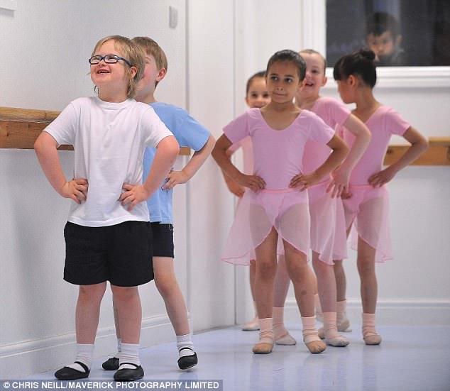 Au centre de la scène: Adorable Archie rayonne alors qu'il se place à l'avant du cours de danse