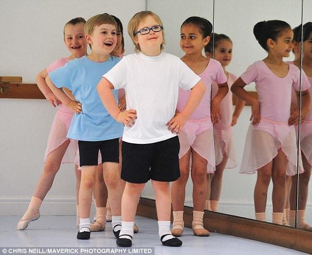 Star du spectacle: Archie Aspin, six ans, à son cours hebdomadaire de baby-ballet à Halifax, West Yorkshire
