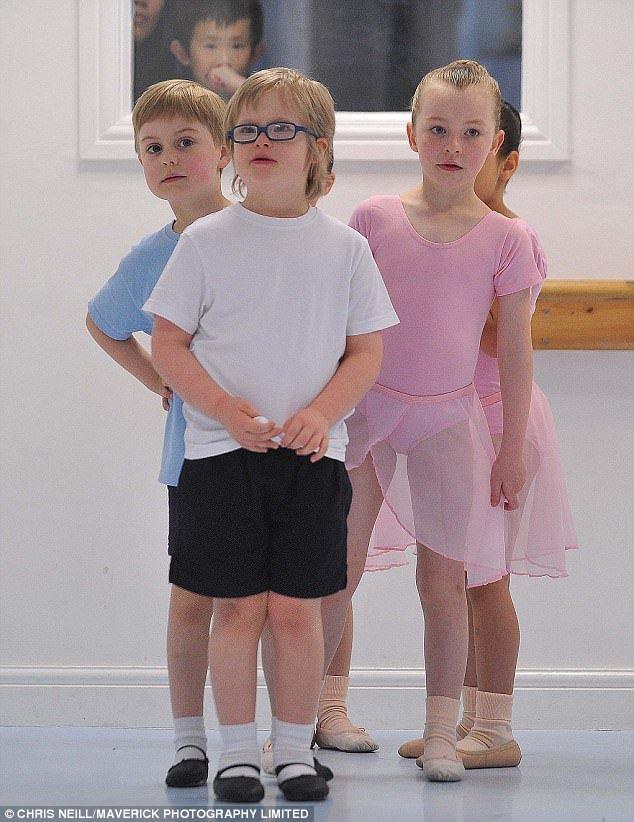 Centré: Archie écoute les instructions de l'enseignant pendant le cours de ballet