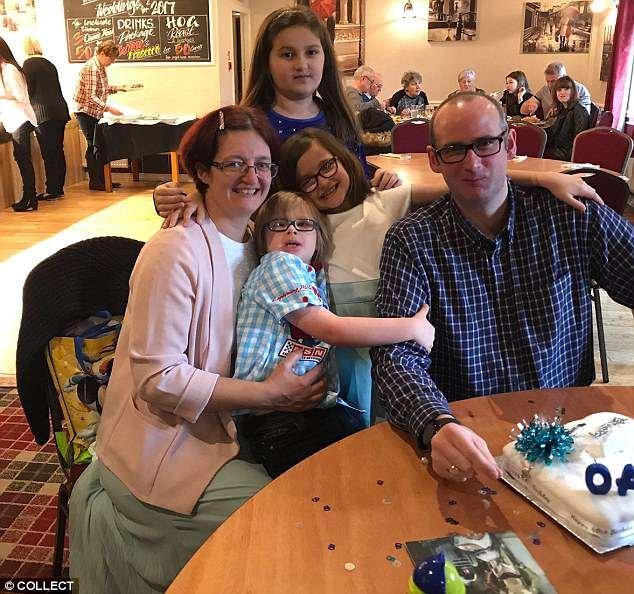 Famille: Archie avec ses parents Amanda, 42 ans, et Michael, 40 ans, et ses soeurs Emily, 11 ans et Tillie, huit ans