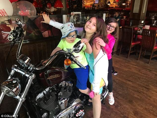 Lien spécial: Archie avec les soeurs aînées Emily, 11 ans, et Tillie, huit ans, qui dansent également