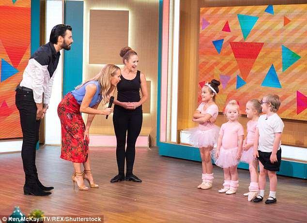 Charmant: Archie Aspin, écolier de six ans, qui a appris à marcher avec le ballet, a montré ses mouvements ce matin Il a été rejoint par certains de ses camarades de classe et son professeur de danse