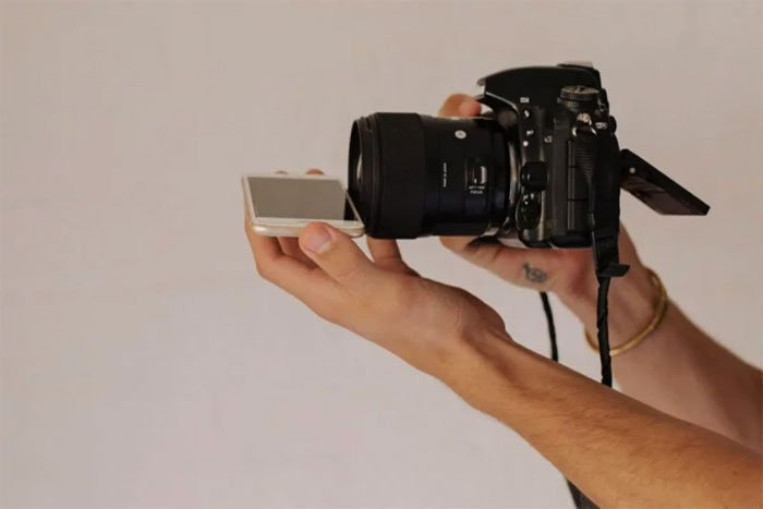 Phone-screen-reflection-trick-wedding-photography-mathias-fast-33