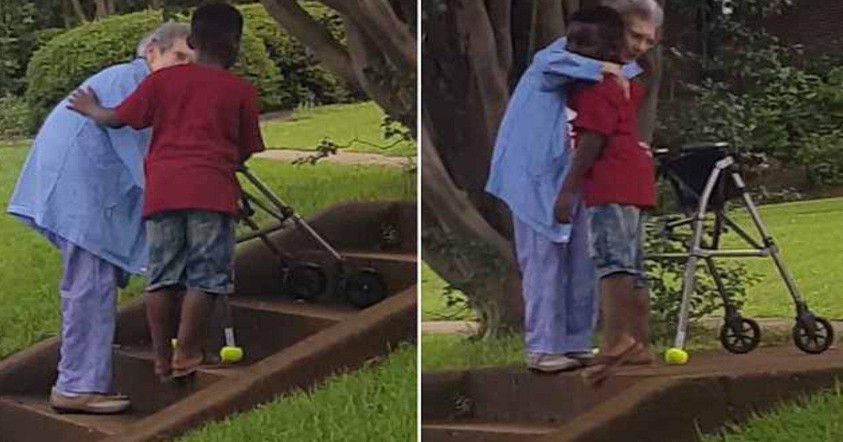 aaa.jpg?resize=412,232 - Vidéo d'un gentil garçon qui sort de la voiture de sa mère pour aider une vieille dame à monter des escaliers