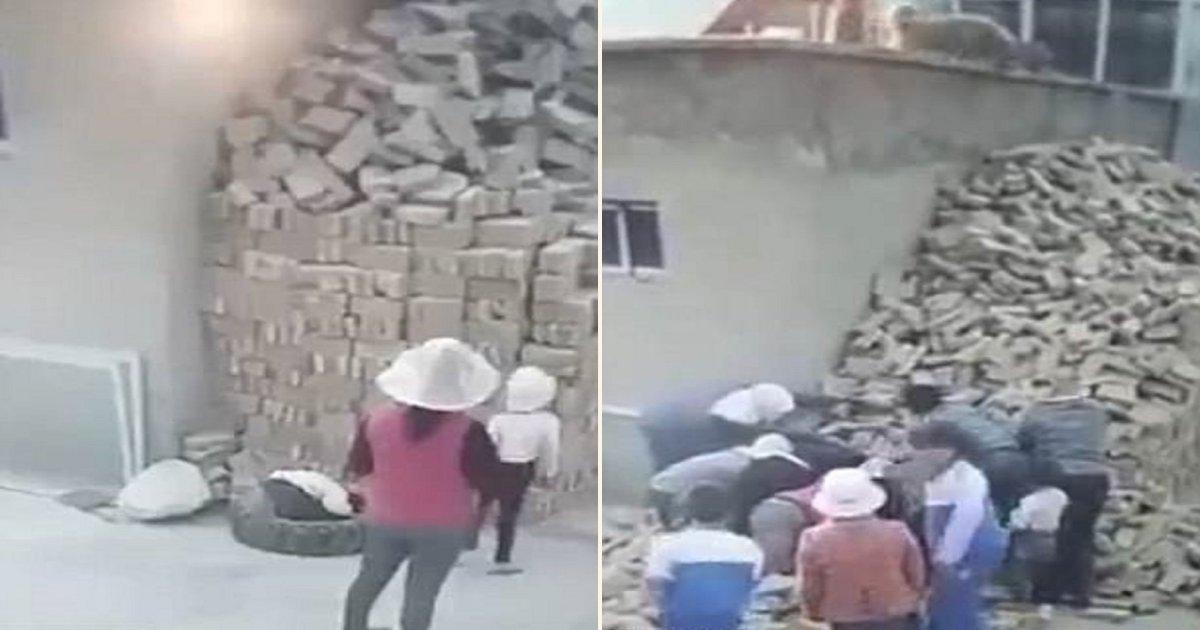 b side.jpg?resize=412,232 - Deux jeunes garçons survivent miraculeusement après avoir été enterrés sous des centaines de briques alors qu'ils jouaient près d'elles