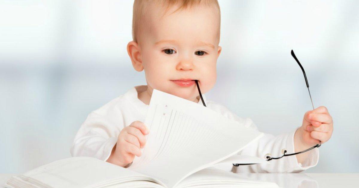 bebelendo1.png?resize=1200,630 - Crianças puxam inteligência das mães, conclui estudo