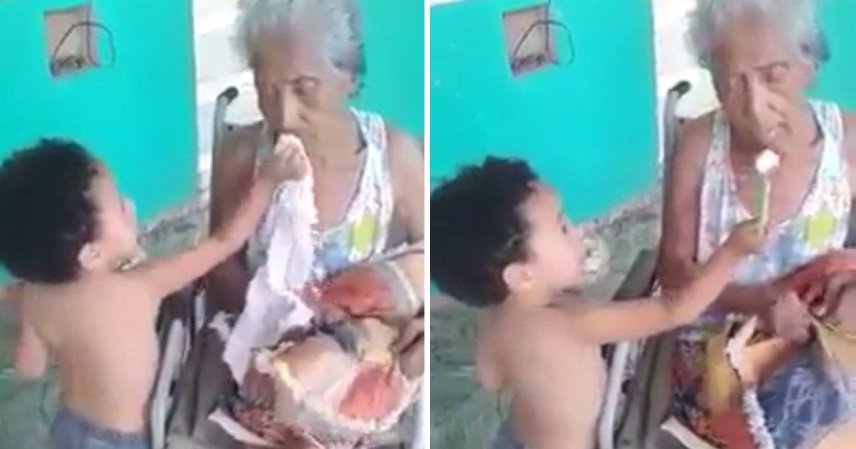 capa3 4.png?resize=412,232 - Vídeo adorável mostra um garotinho pequeno alimentando sua avó já bem velhinha