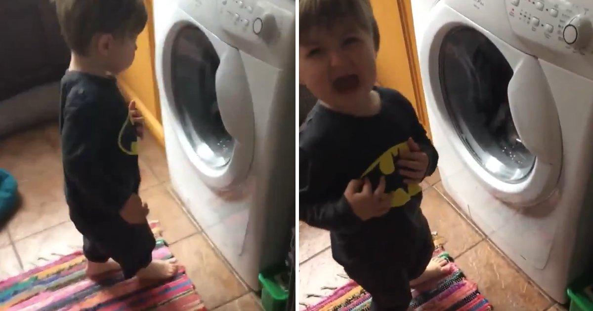 capa5 2.png?resize=300,169 - Tadinho! Garotinho fica com o coração partido ao ver seu ursinho sendo lavado na máquina de lavar