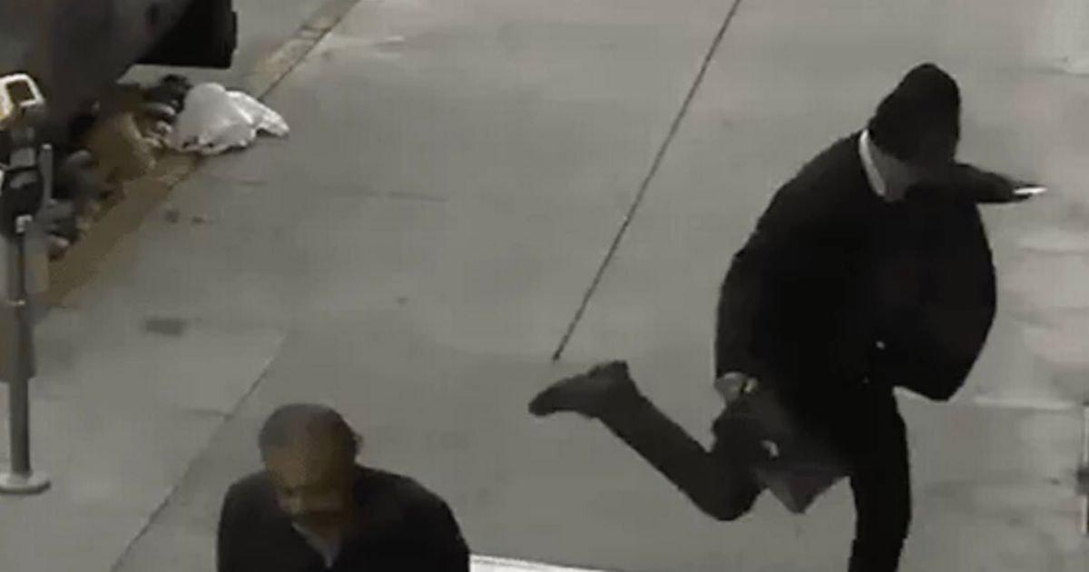 eba98debafb8 1.jpg?resize=300,169 - 아무 이유 없이 '대낮'에 '노숙자' 발로 차며 폭행한 남성 (영상)
