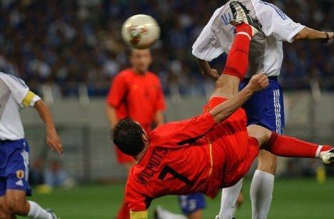 「2002年 日韓大会 ブラジルvsベルギー ヘディング ウィルモッツ」の画像検索結果