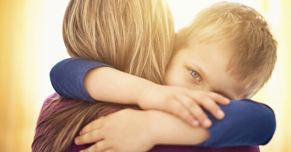hug2 1.png?resize=412,232 - Ouvir a voz da mãe por telefone corresponde a ganhar um abraço