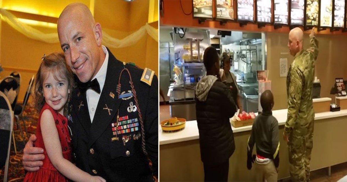 sold side 2.jpg?resize=300,169 - Dois jovens passam em restaurante para arrecadar dinheiro, soldado observa e faz algo incrível