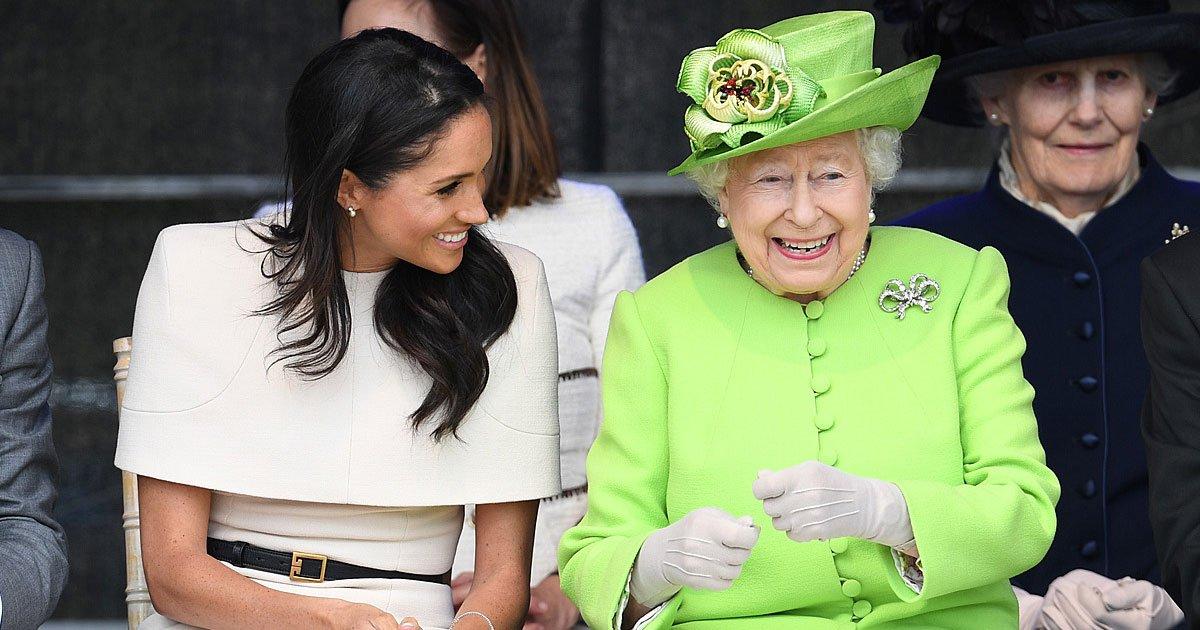 the queen shares a hearty laugh with meghan 1.jpg?resize=1200,630 - A rainha e Meghan compartilham sorrisos e risadas calorosas durante sua primeira aparição oficial juntas em Cheshire