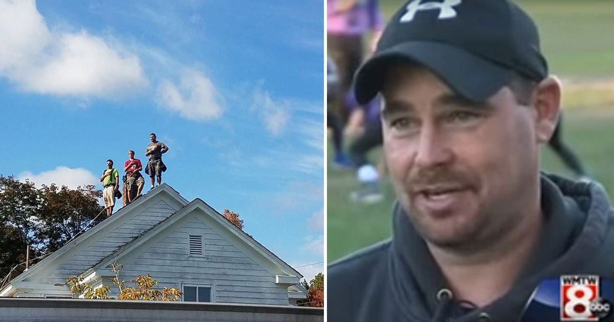 three roofers stood still on top of the roof 1.jpg?resize=300,169 - 3 couvreurs s'arrêtent de travailler - Une témoin prend une photo devenue depuis virale
