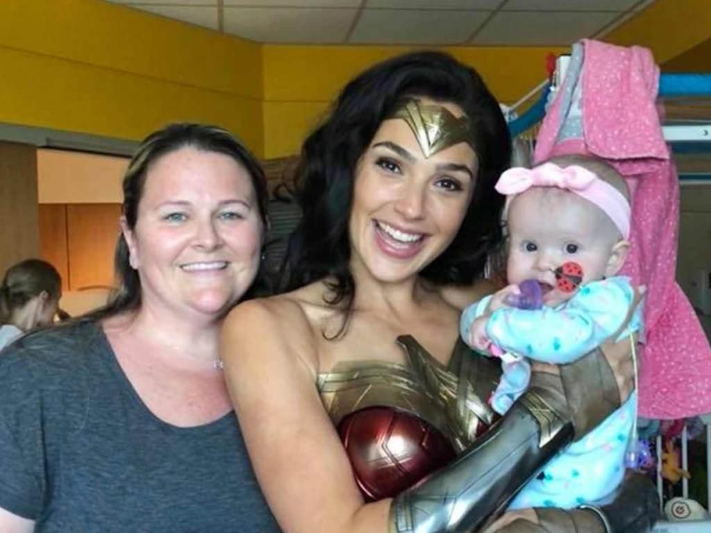 """0710 galgadot launch.jpg?resize=1200,630 - Gal Gadot, a """"Mulher Maravilha"""", visita crianças com câncer em um hospital caracterizada como sua personagem"""