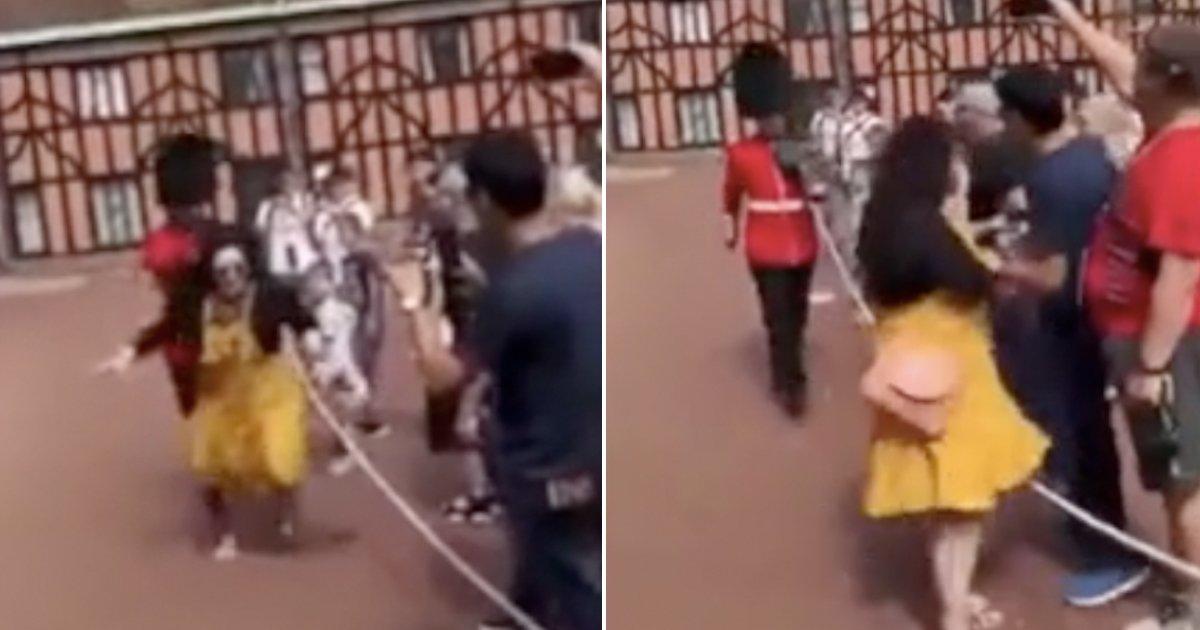 11 66.jpg?resize=300,169 - 인증샷 위해 '금지구역' 들어갔다가 근위병에게 격하게 밀려난 여성 (영상)