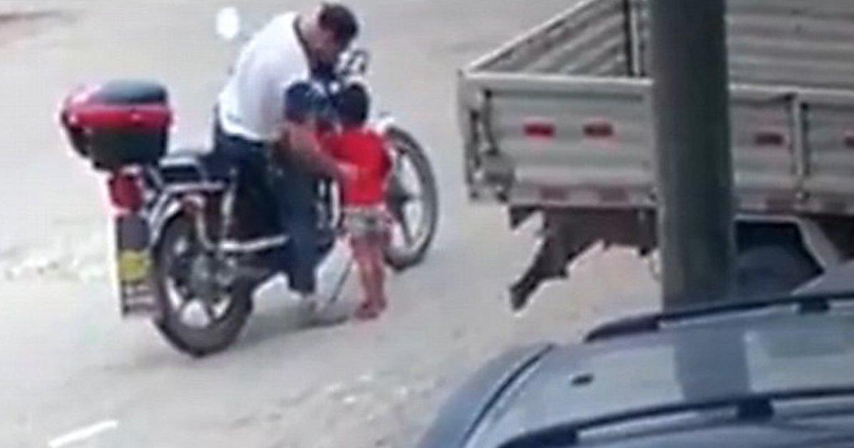 "113 1.jpg?resize=300,169 - ""과자 사줄게 이리와"" 어린아이 납치되는 '아찔한' CCTV 장면 (영상)"