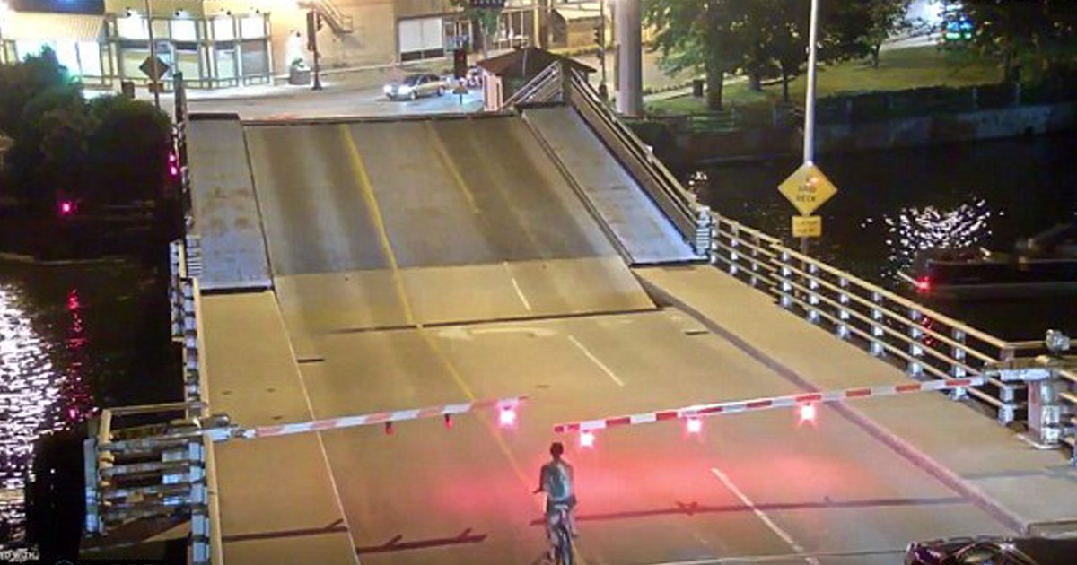 2 58.png?resize=300,169 - '통행 금지' 신호 무시하고 자전거로 다리 건넌 여성의 '최후' (영상)