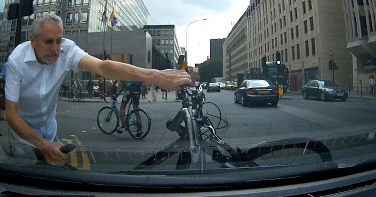 """3 97.jpg?resize=300,169 - """"자전거가 갑자기 '끼어들어서' 경적을 울렸더니 돌아와 제 차를 부쉈어요"""" (영상)"""