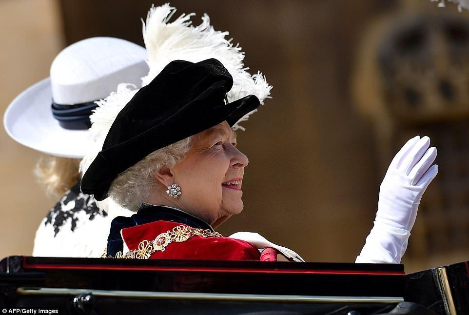 4d6108fe00000578 5856751 image a 64 1529334217665.jpg?resize=1200,630 - Festa Anual da Jarreteira: Rainha Elizabeth chega ao Castelo de Windsor com um traje atípico - confira!