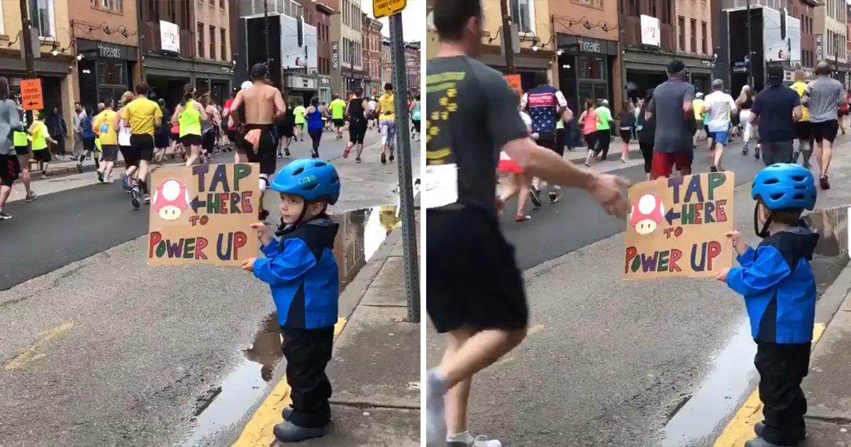 """capa0000.png?resize=648,365 - """"Bata aqui para se energizar"""" - Vídeo adorável mostra garotinho com um cartaz durante maratona"""