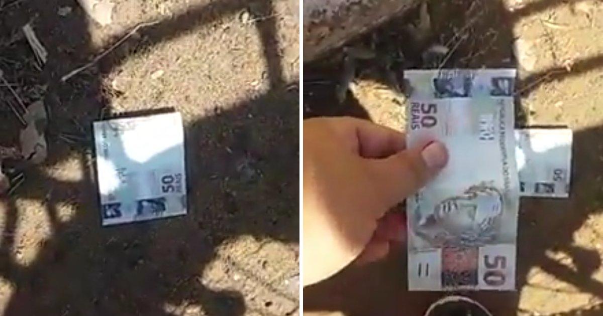 capa00qaads.png?resize=300,169 - Homem vê nota de 50 reais no chão, mas quando vai pegar, fica irritado ao perceber que era uma propaganda