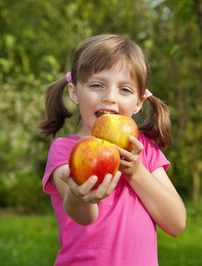 comer da menina maccca7acc83s 26378905 1.jpg?resize=1200,630 - Quer manter o médico longe e não precisar usar remédios? Para isso, estudo diz que é preciso comer maçãs todos os dias!
