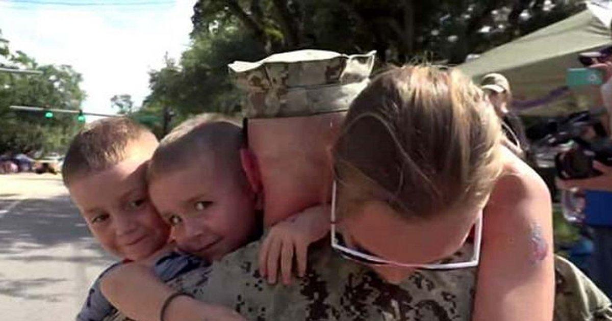 eab5b0ec9db8.jpg?resize=300,169 - 거리 퍼레이드에서 파병 나간 '아빠' 발견하고 뛰어나간 두 아들 (영상)