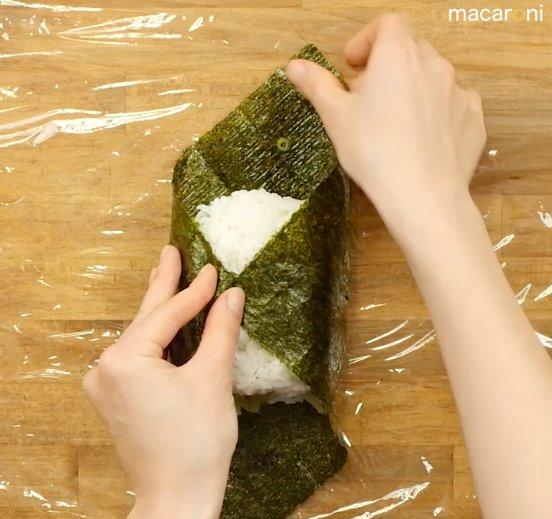 海苔でご飯と具材を包んでいる画像