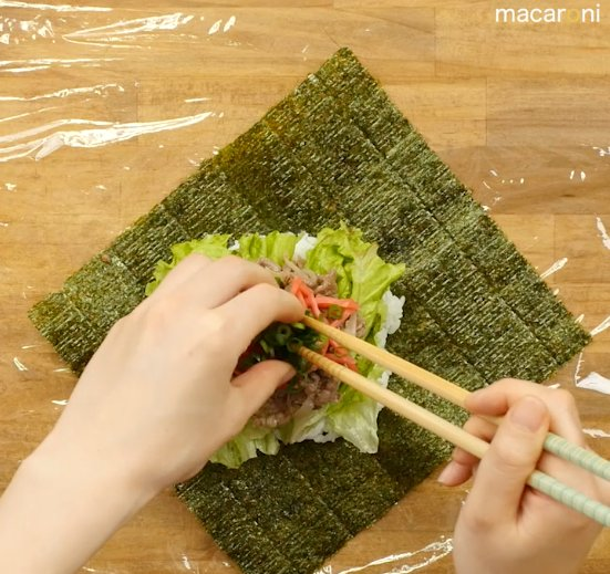 海苔とご飯の上に具材を乗せている画像