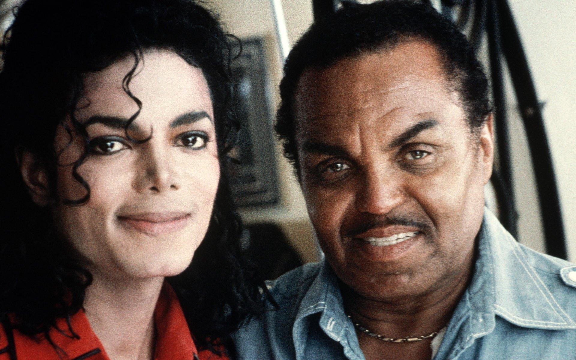 fam.jpg?resize=1200,630 - Polêmica: Pai de Michael Jackson castrava quimicamente o filho para que ele mantivesse a voz aguda, segundo seu médico