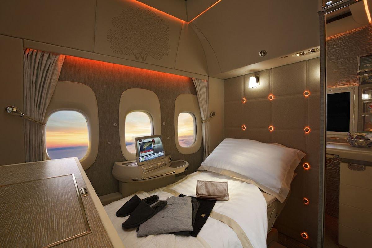 first class fully flat bed 0.jpg?resize=412,232 - Como são os voos de primeira classe em diferentes companhias aéreas ao redor do mundo?