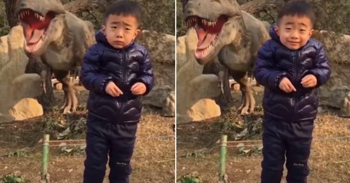 img 5b4dcf3952388.png?resize=412,232 - '공룡 무서워'... 사진 찍자는 엄마 재촉에 '억지 미소' 지은 아기 (영상)