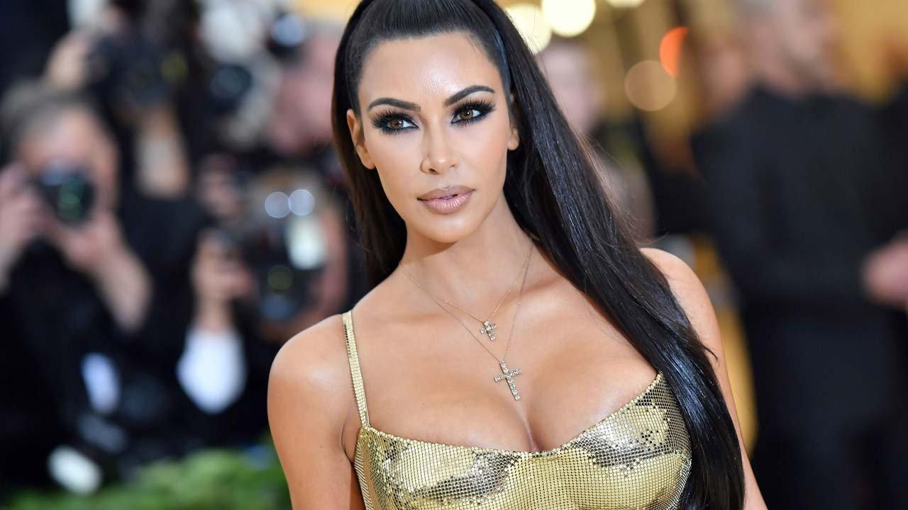 kim kardashian gettyimages 956065540 1280.jpg?resize=1200,630 - Kim Kardashian chama a atenção por aparecer em público com blusa transparente e sem sutiã