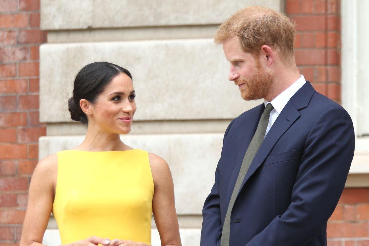 meghanmarkleyellowprinceharry 0.jpg?resize=1200,630 - Príncipe Harry não aprova terno escolhido por Meghan para uma viagem