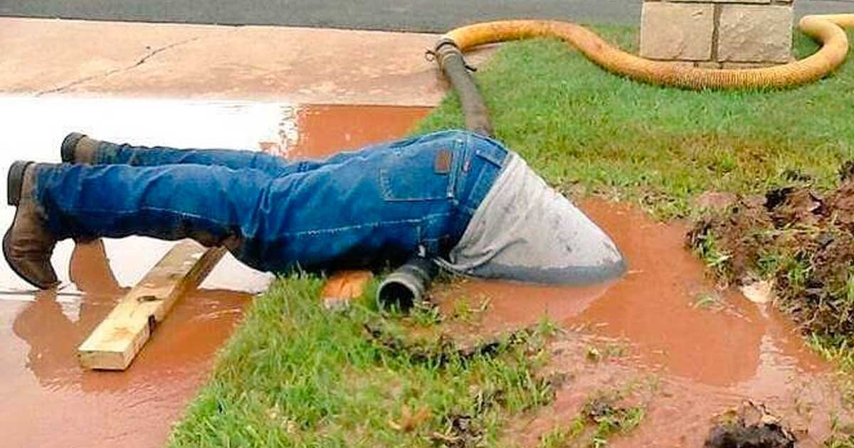 plumber footage viral featured.jpg?resize=412,232 - Photo Of Plumber Going Above And Beyond For His Job Has The Internet In Stitches