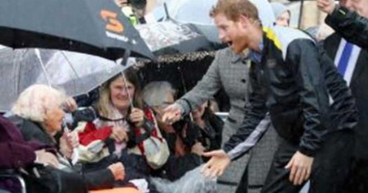 prince harry recognizes fan featured.jpg?resize=412,275 - Prince Harry Recognizes Fan In The Rain