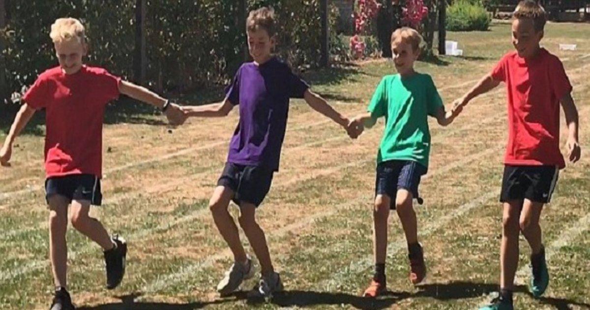 r3 3 1.jpg?resize=412,232 - Quatre écoliers surprennent leurs parents à la fin de la course en se tenant les mains afin qu'ils puissent tous gagner ensemble!