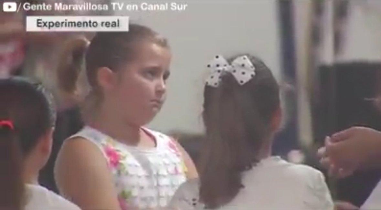 rttt.png?resize=300,169 - Menina defende colega que sofre bullying e sua reação doce viraliza na internet